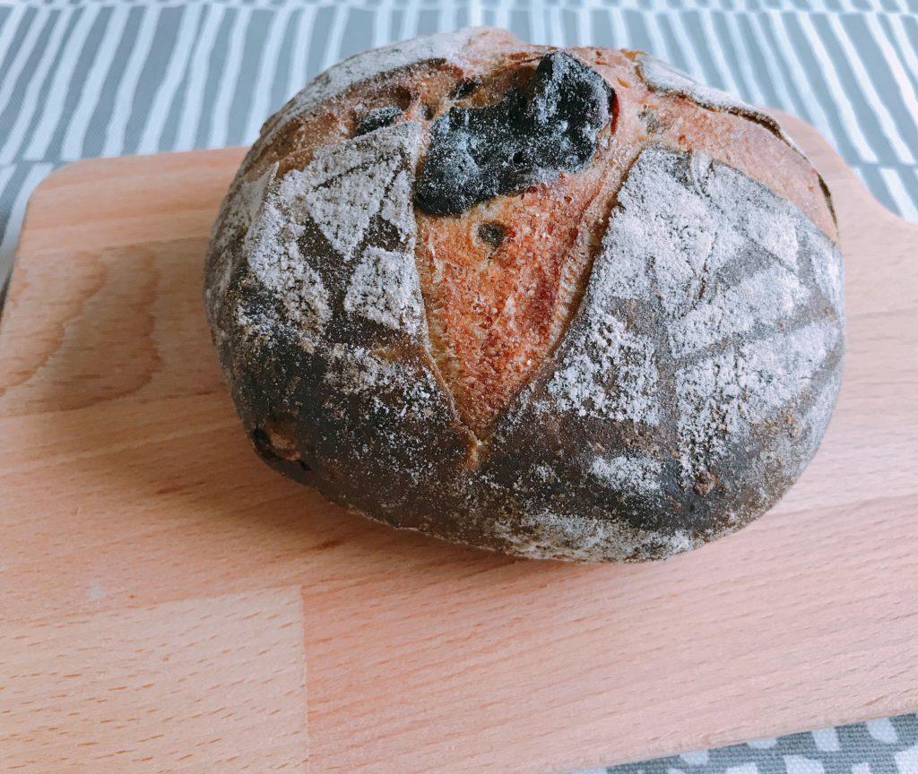 クルミコンテスト最高金賞を受賞したクルミと緑茶のマリアージュ(324円)。酸味のあるルヴァン生地のパン。