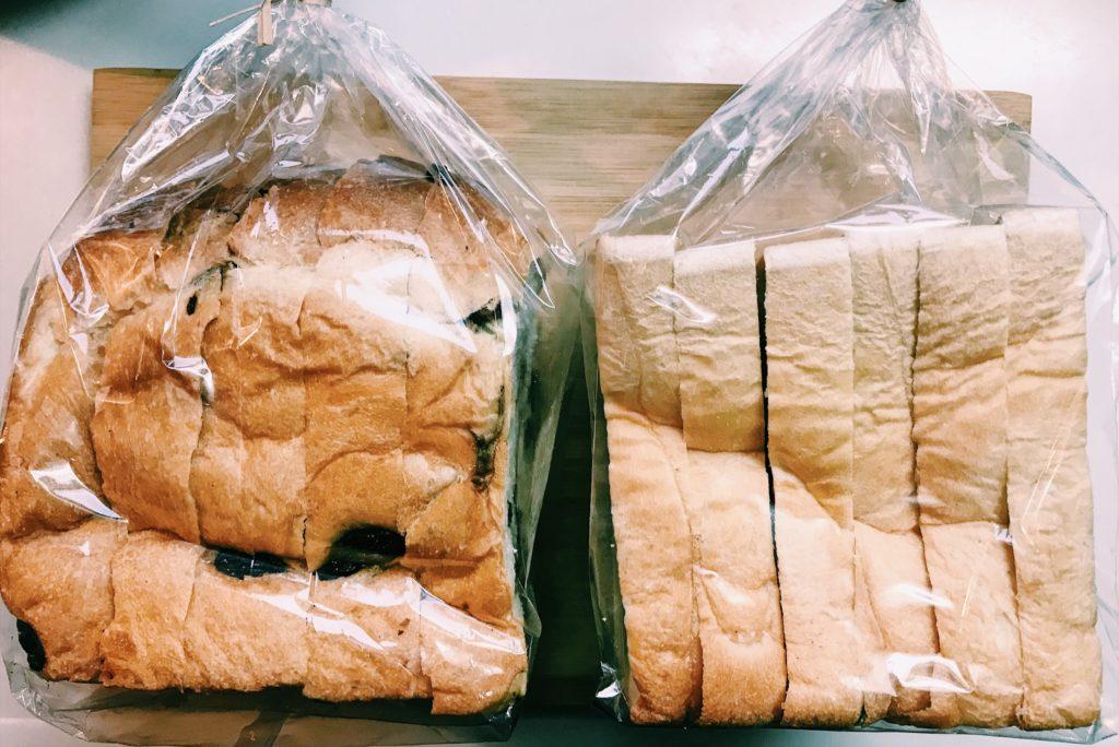 レーズン入りの食パンと亀有ブレッド