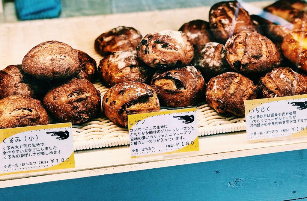 ハード系の小ぶりのパンが並ぶショーケース