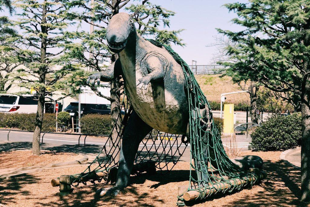 ネットを登ると結構な高さになる恐竜のモニュメント