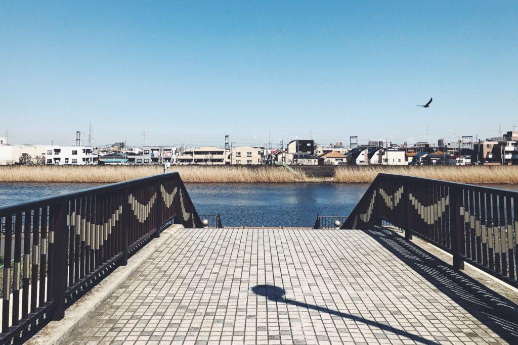 中川土手へ続く歩道橋、開放感のある視界!
