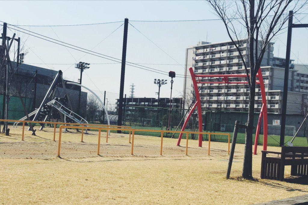 にいじゅくみらい公園の子どもが遊べる遊具のある小さい公園と奥がテニスコート