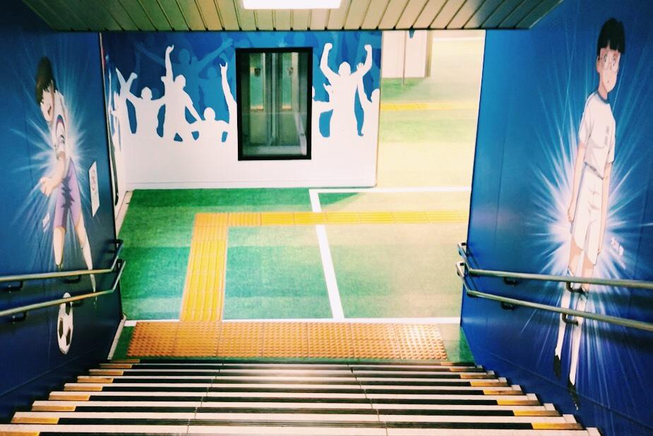 改札口に続く床がサッカーグラウンドに!
