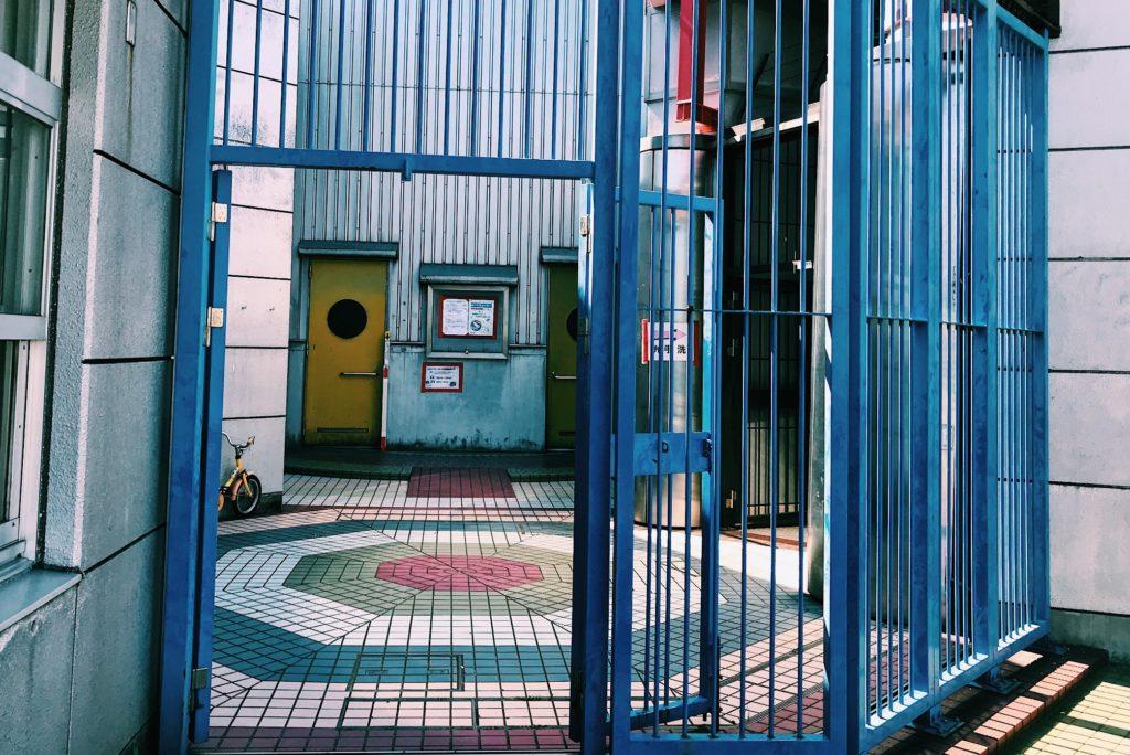 このドアの奥がムーンウォークを体験できる施設。この日は閉まっていました。