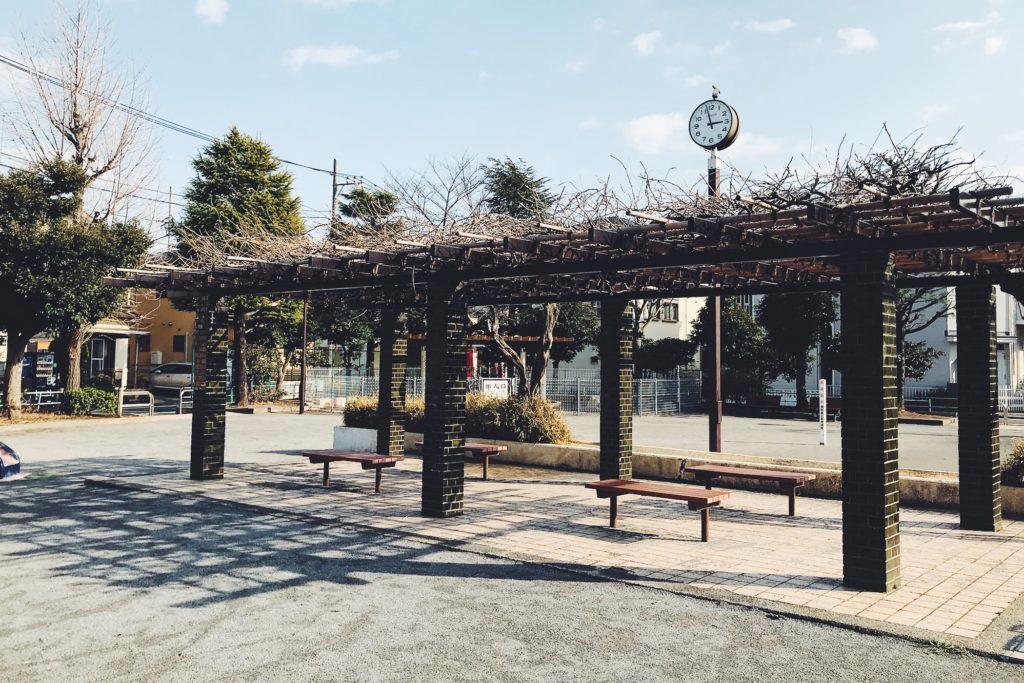 上入公園の休憩スペースのパーゴラ