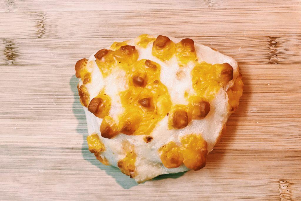 チーズがぼこぼこついて見た目が怪獣のようなチーズのパン