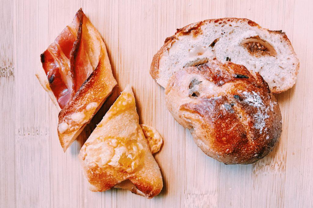 リピ率No1のベーコンのパンとイチジクのパン