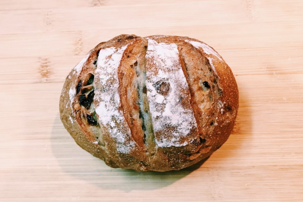 ずっしりコロンとしたフォルムがかわいいブローチェのハード系のパン。ベーシックなクルミとレーズン