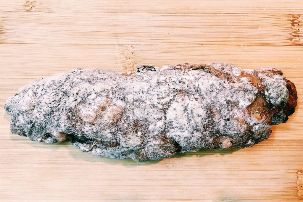 オレンジピールとレーズンとクルミの入ったハード系のパン