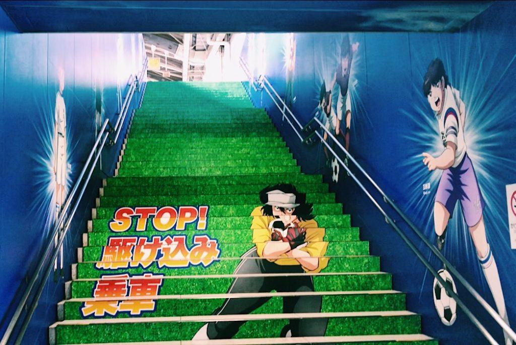 ホームへ続く階段ではキーパーたちが守ってくれてます!