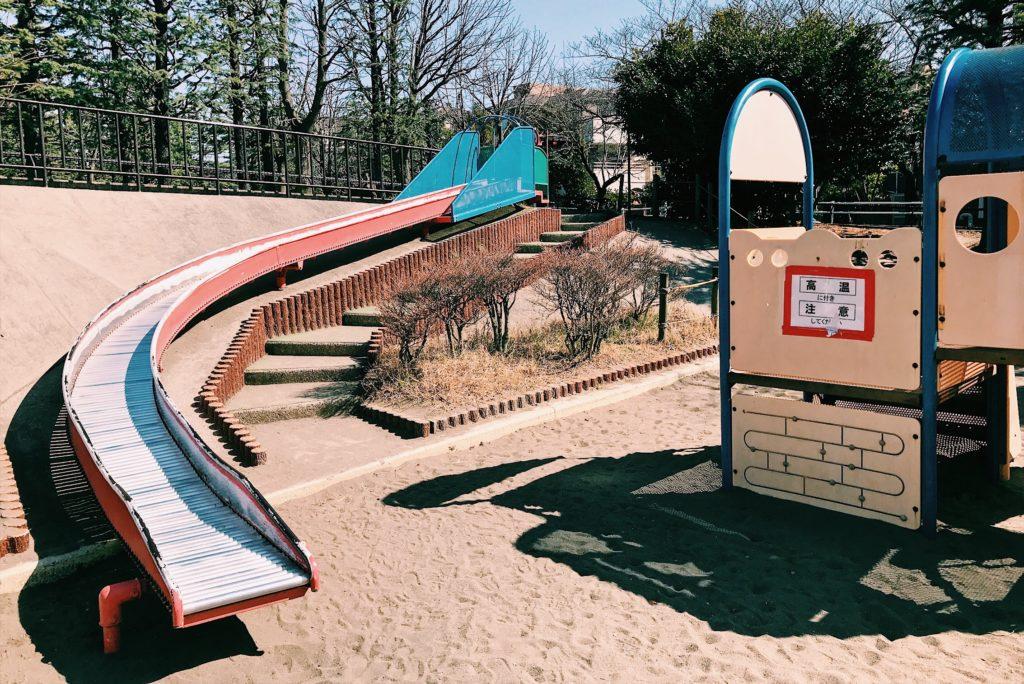 ローラー滑り台からの砂場は繰り返す子供が行列を作ることも