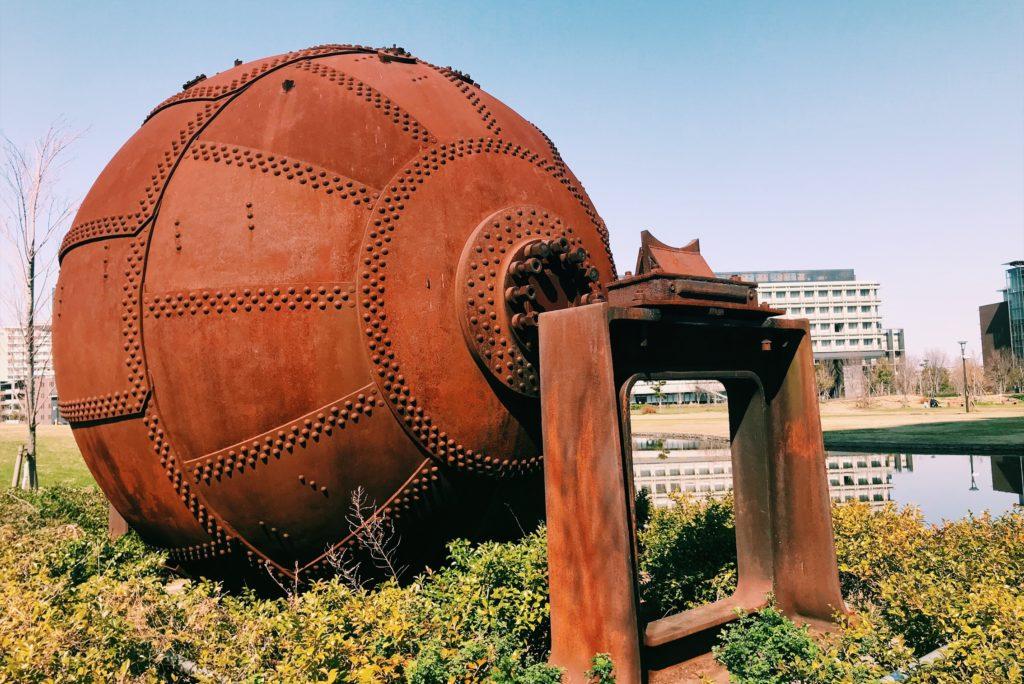 大きい鉄球のオブジェが