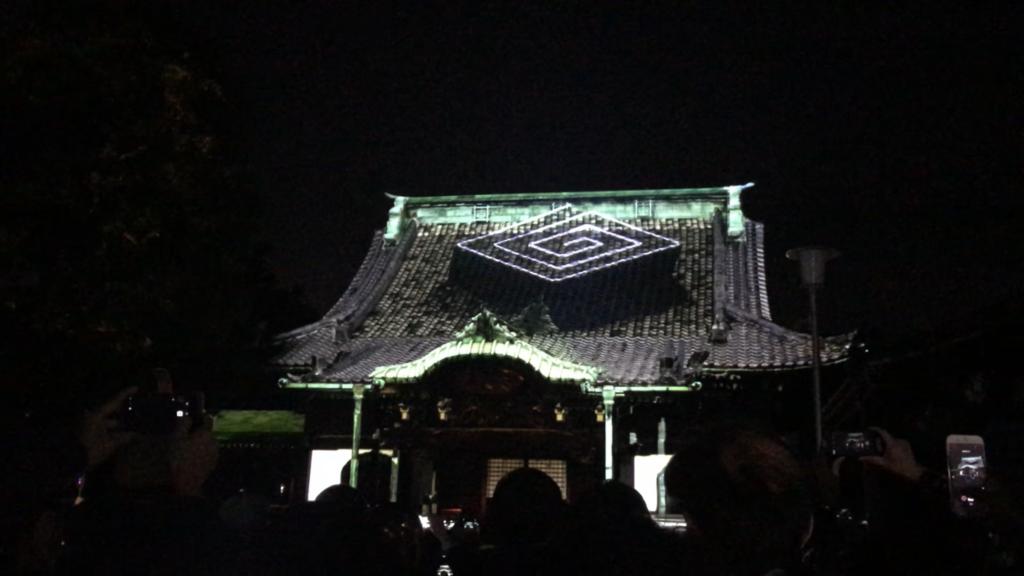 柴又帝釈天のプロジェクションマッピングの模様。帝釈天題経寺の家紋「雷紋(かみなりもん)」が屋根から浮き上がってきています