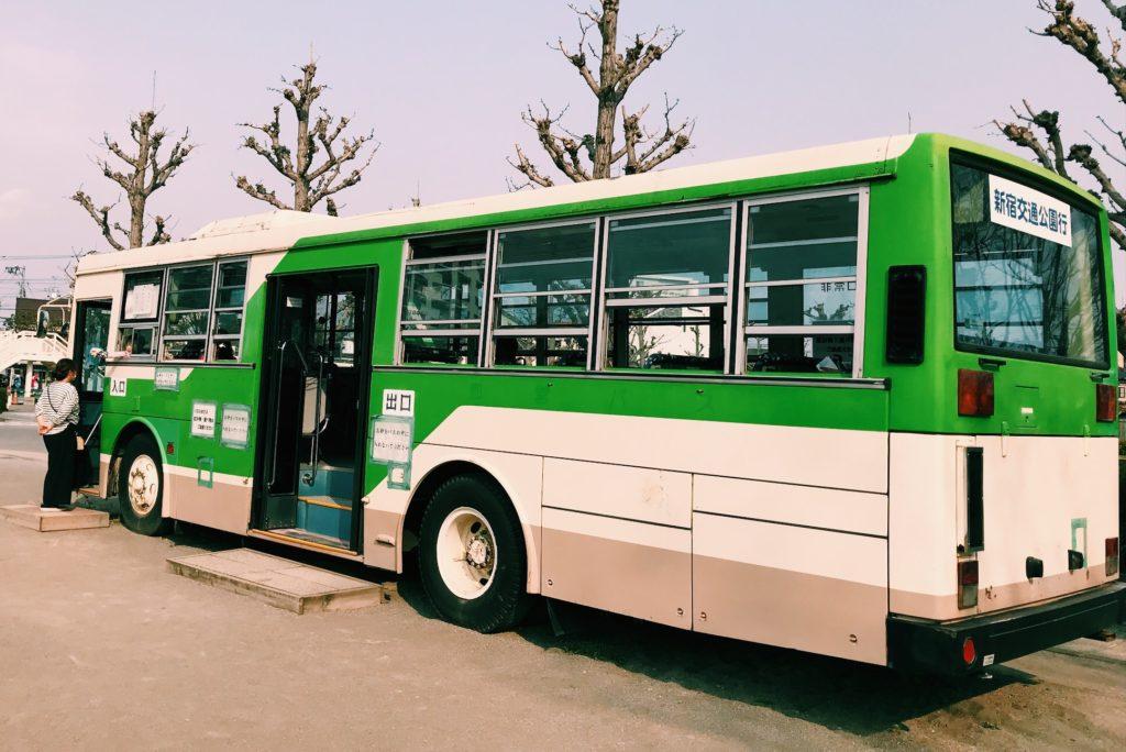 バスの中は日陰で大人の重慶場所にも利用されています