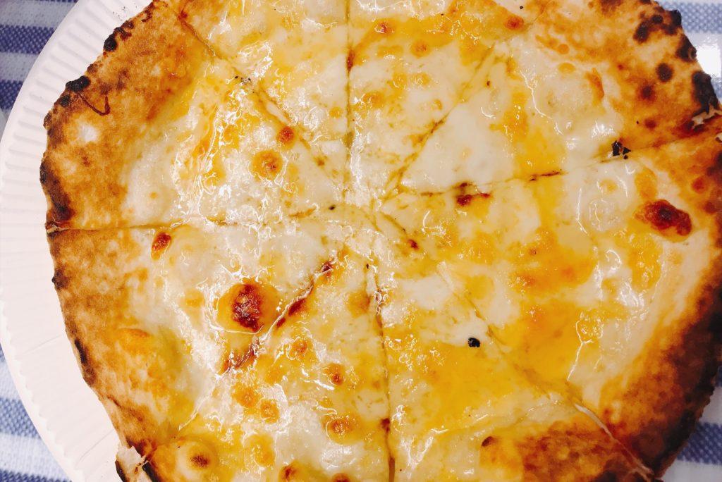 焼き立てがうれしい、4種のチーズはちみつがけピザは392円!