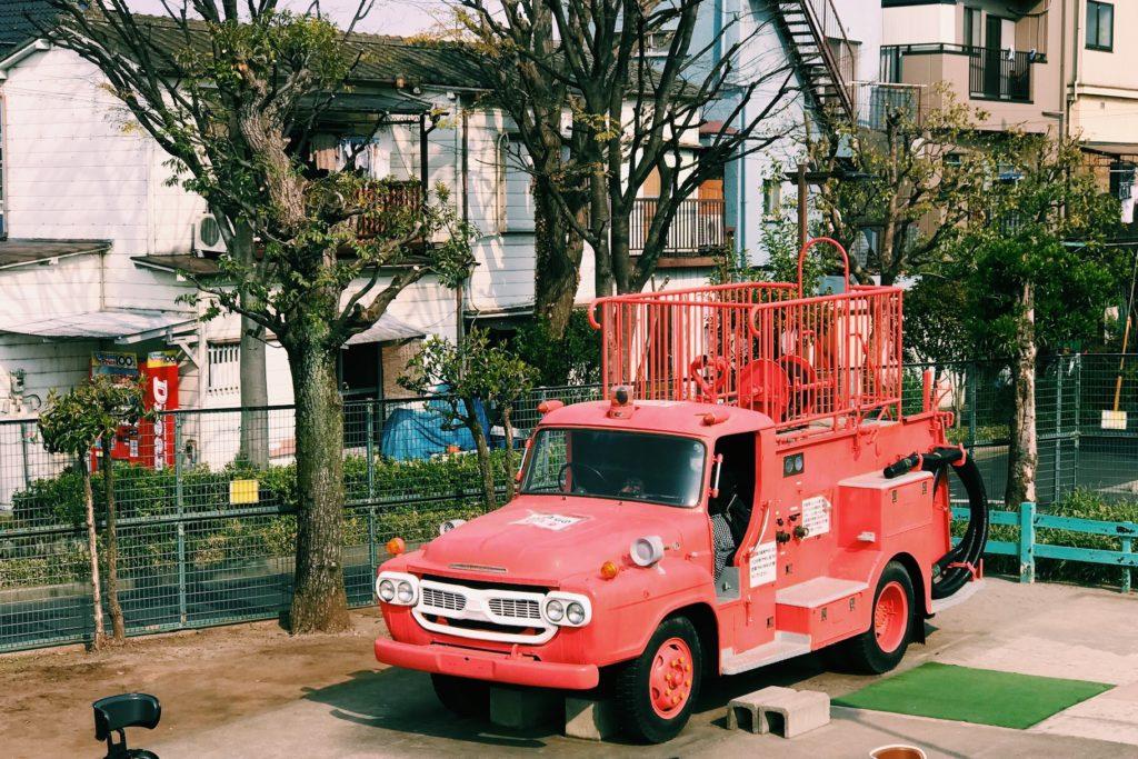 レトロな消防車は運転席が子どもたちに大人気