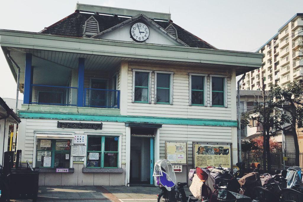 時計台のようなレトロな建物が目印の新宿交通公園