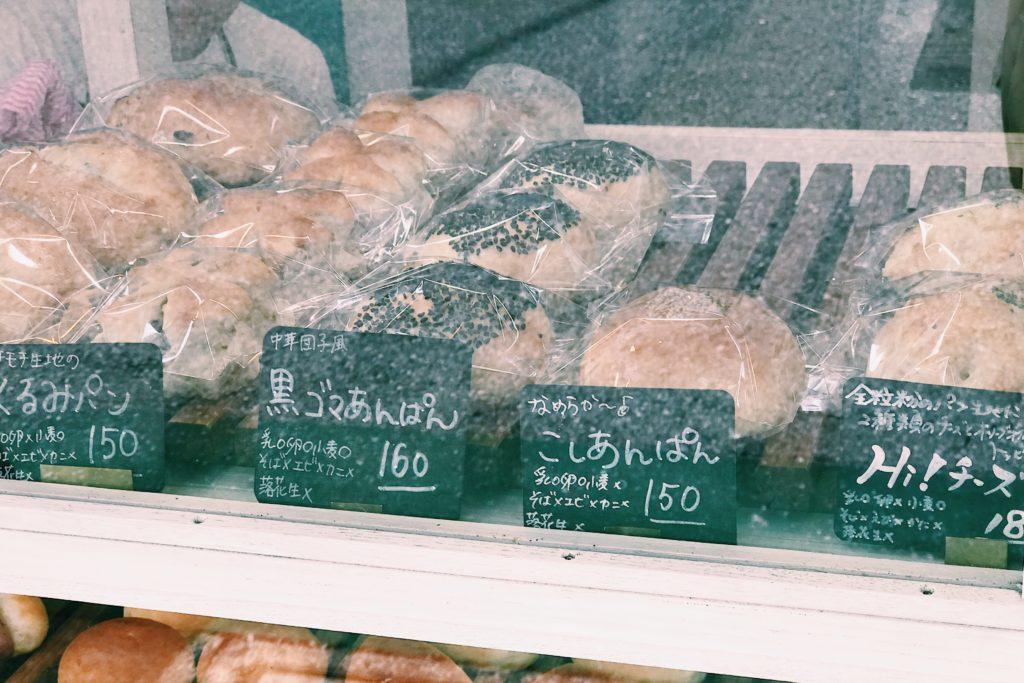 ショーウィンドウにはお手軽なパンが並びます