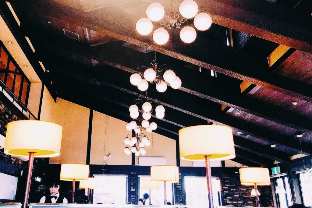 天井も高く、高級感漂う肉の万世の店内