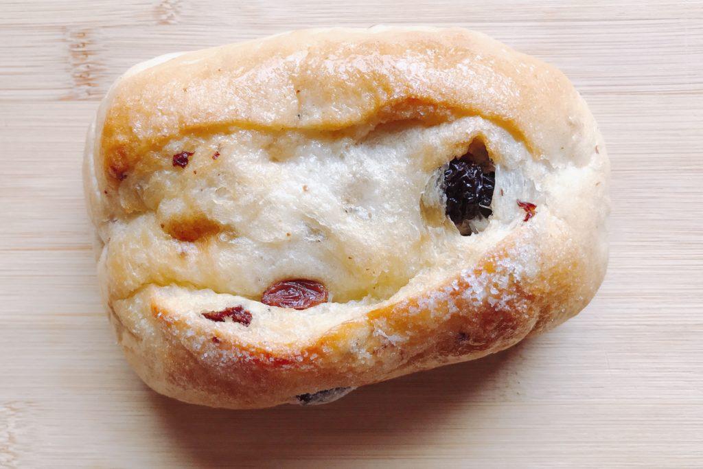 大きめのぶどうパンは、シュガーバタートッピング