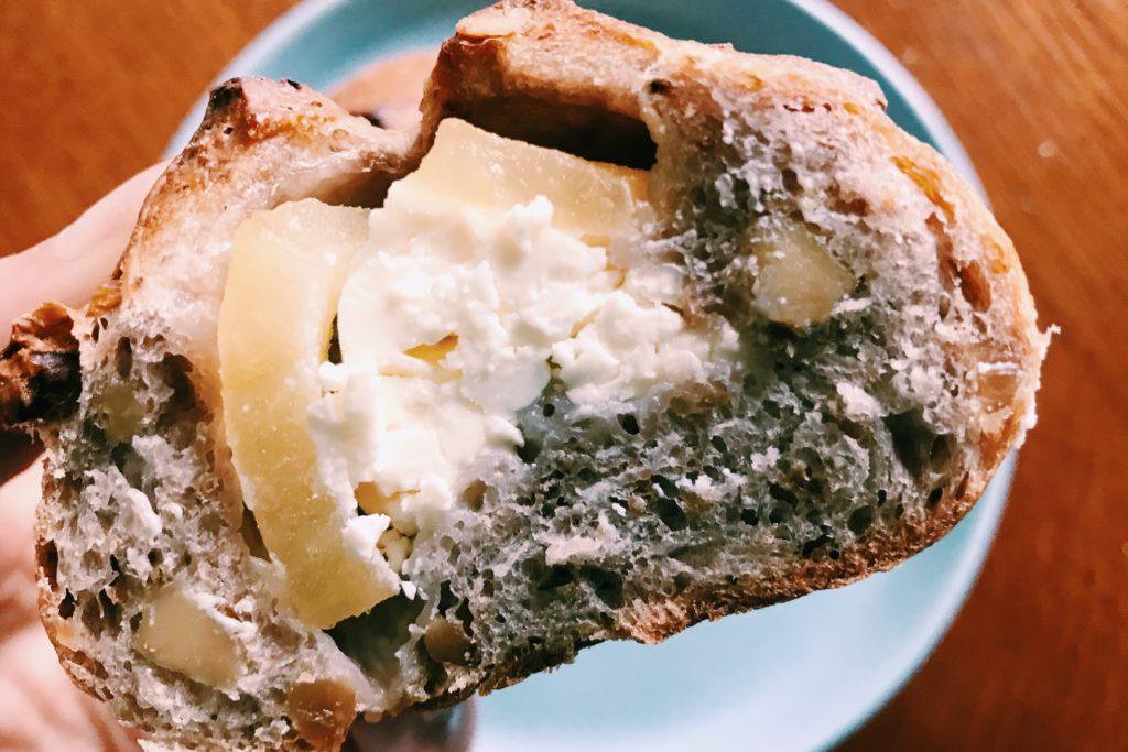 クリームチーズとリンゴの入ったクルミパン