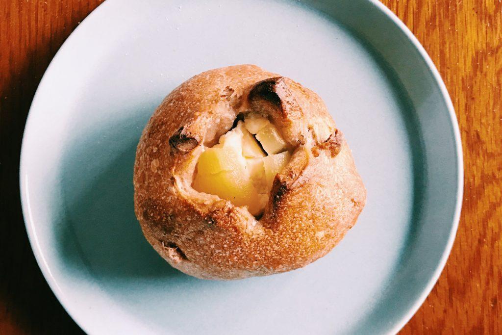 陽だまり製パン のクリームチーズとリンゴの入ったクルミパン